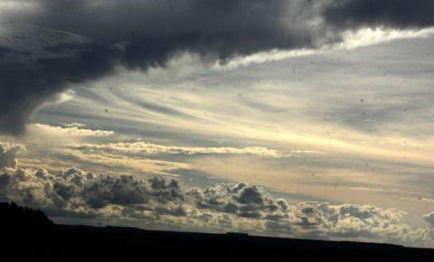 Terça-feira de altas temperaturas e céu parcialmente nublado